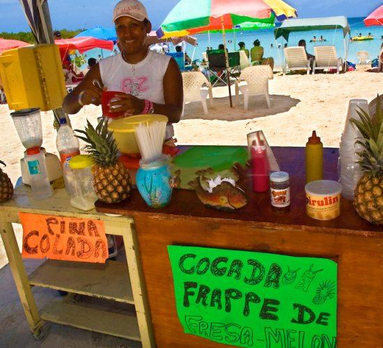 Venta de cocadas, batidos y comidas en Playa Playuela, en el Parque Nacional Morrocoy,  ubicado entre las poblaciones de Tucacas y Chichiriviche, en la regi—n costera centro-norte del estado Falc—n, en  Venezuela. Morrocoy, 28-05-2006. (Gabriel Osorio / Orinoquiaphoto)   Morrocoy National Park, is located at about three hours east of Caracas is a set of islands of more than 32 thousand Ackers and is one of the best tourists destinations in Venezuela. Te parkÕs protected areas conserves the wild charm of itÕs  beaches, clear blue and warm waters that attracts more that 200.000 tourist during the year. (Gabriel Osorio / Orinoquiaphoto)